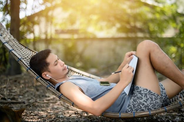 Homem dormindo em uma maca de madeira e desenho em uma floresta. trabalhe em casa. feliz feriado.