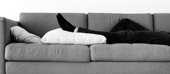 Homem dormindo no sofá