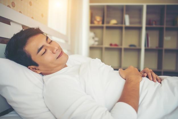 Homem dormir no quarto