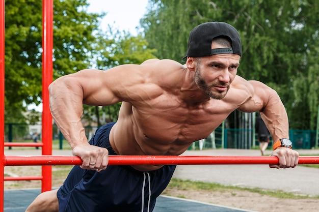 Homem durante o treino na rua