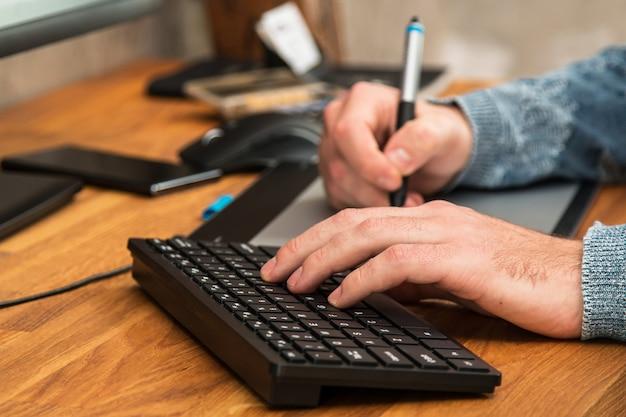 Homem durante o uso de uma mesa digitalizadora