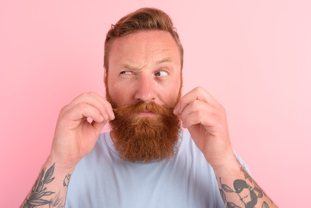 Homem duvidoso com barba e camiseta azul claro
