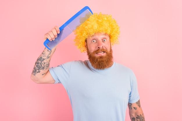 Homem duvidoso com barba, peruca amarela e pente grande