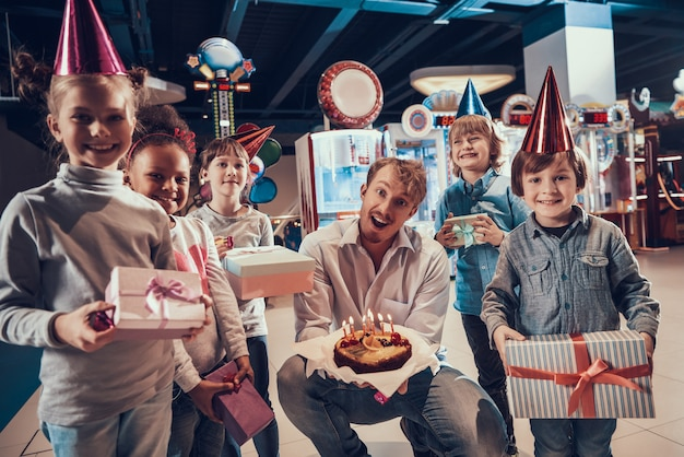 Homem e criancinhas comemorando aniversário