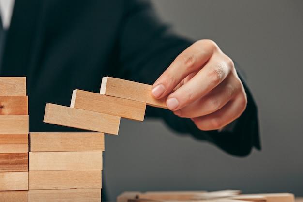 Homem e cubos de madeira na mesa. conceito de gestão