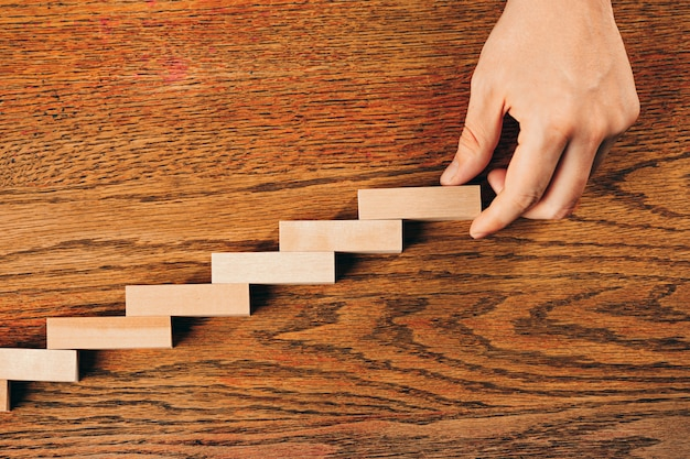 Homem e cubos de madeira na mesa. conceitos de gerenciamento e marketing