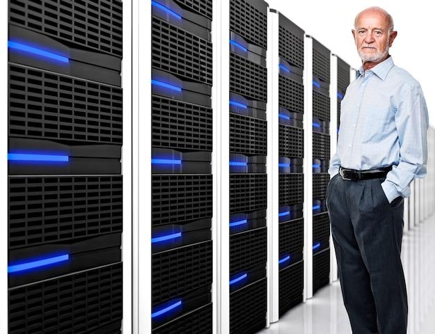 Homem e datacenter com muitos servidores