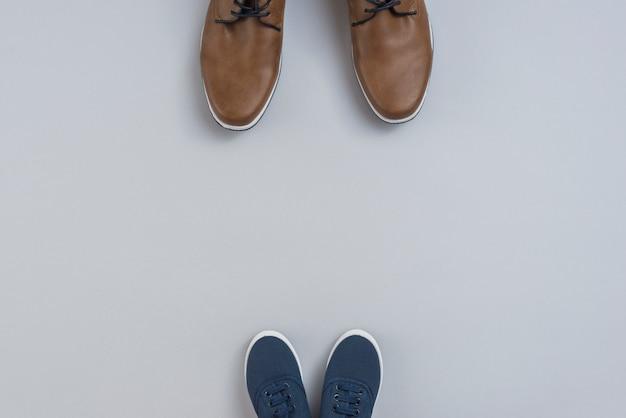 Homem e filhos sapatos na mesa