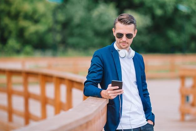 Homem, é, leitura, mensagem texto, ligado, telefone móvel, enquanto, andar, parque