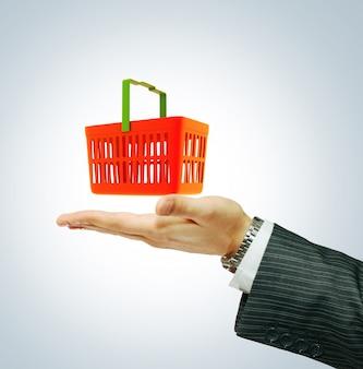 Homem é levar cesta para fazer compras