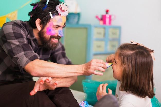 Homem e menina brincando no salão de beleza