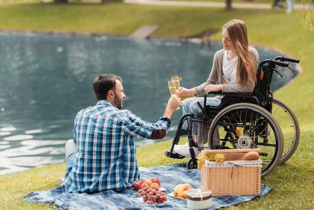 Homem e menina com deficiência no encontro no parque
