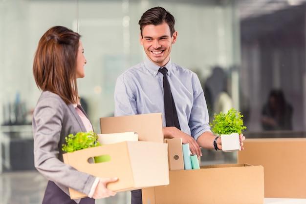 Homem e menina em um novo escritório com caixas.