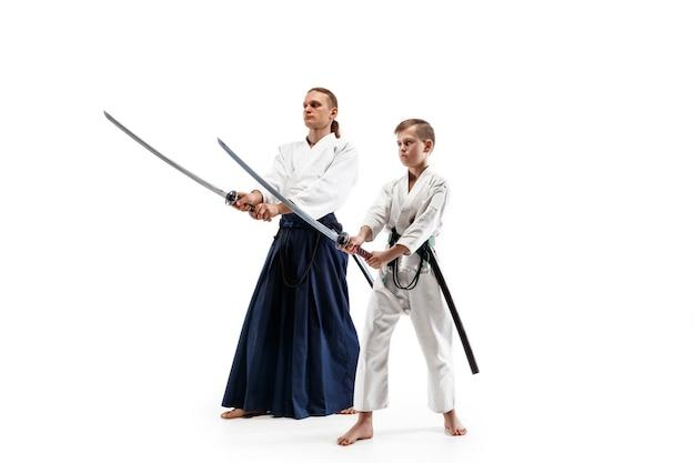 Homem e menino adolescente lutando no treinamento de aikido na escola de artes marciais. estilo de vida saudável e conceito de esportes.