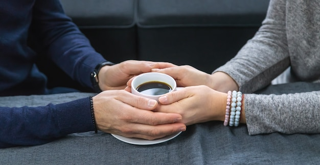 Homem e mulher à mesa com uma xícara de café
