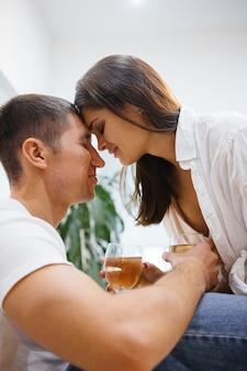 Homem e mulher à mesa, relações familiares. beba vinho, jantar romântico. casal apaixonado