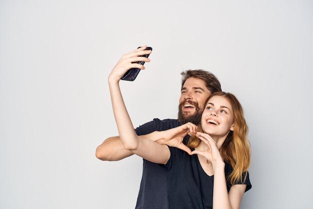Homem e mulher abraçam comunicação amizade posando fundo isolado