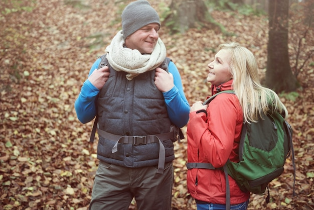 Homem e mulher adultos na floresta