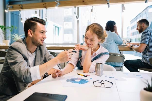 Homem e mulher alegre no escritório