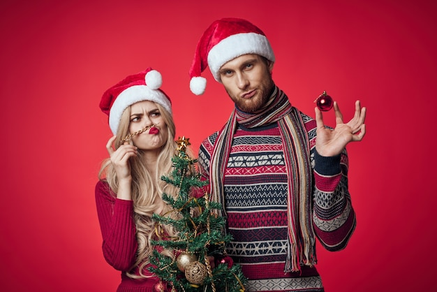 Homem e mulher alegres, feriado de ano novo, romance, fundo vermelho
