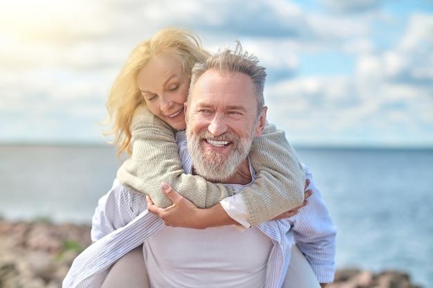 Homem e mulher alegres se divertindo ao ar livre
