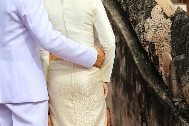 Homem e mulher amante abraçando, tailândia