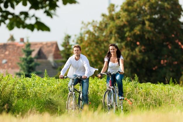 Homem e mulher, andar de bicicleta no verão