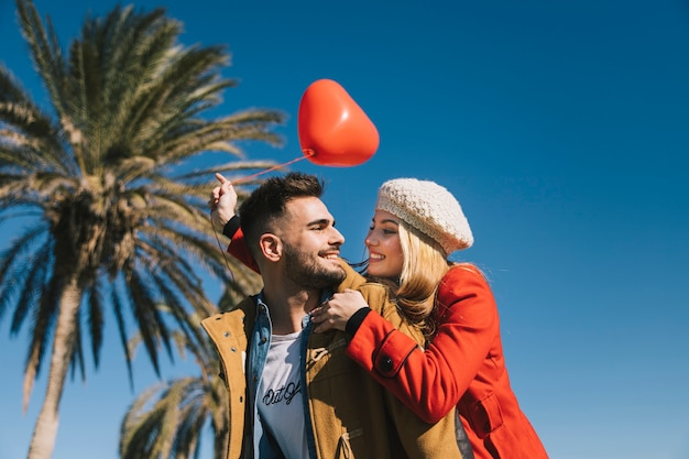 Homem e mulher apaixonados pela terra