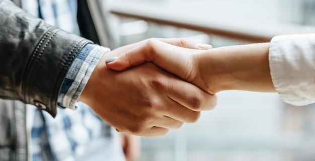 Homem e mulher apertando as mãos