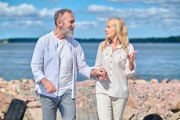 Homem e mulher apontando o dedo para o lado