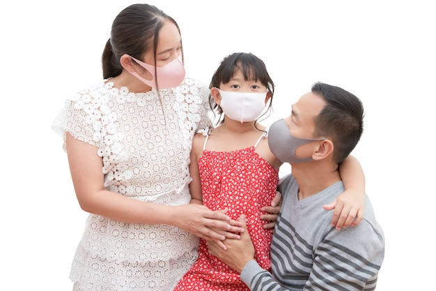 Homem e mulher asiáticos com sua filha