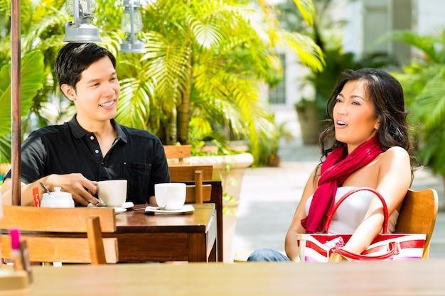 Homem e mulher asiáticos no restaurante ou café