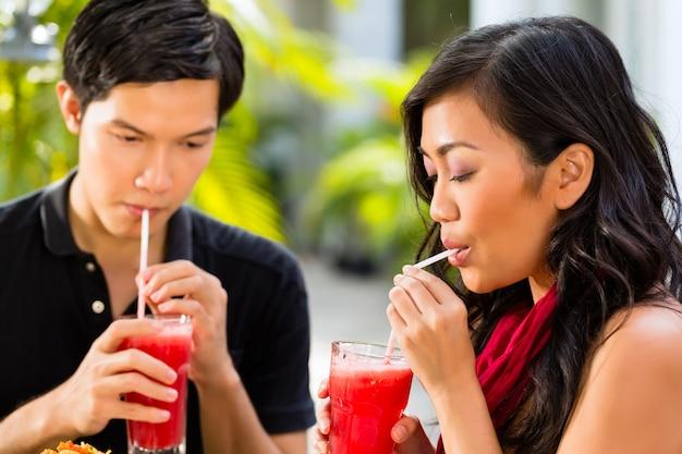 Homem e mulher asiáticos no restaurante