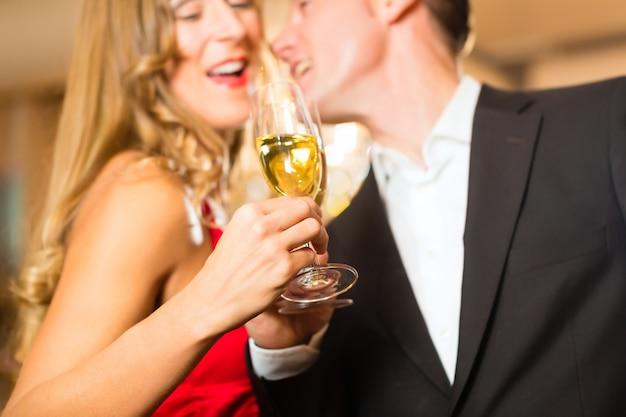 Homem e mulher bebendo champanhe