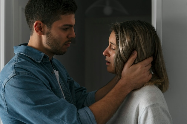 Homem e mulher brigando em casa