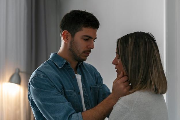 Homem e mulher brigando