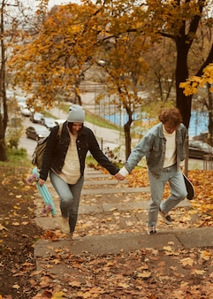 Homem e mulher caminhando de mãos dadas