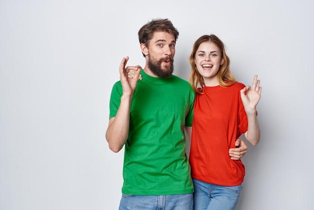 Homem e mulher camisetas multicoloridas comunicação discussão fundo isolado