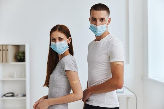 Homem e mulher com camiseta branca em medicina de vacinação hospitalar covid