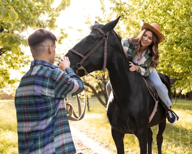 Homem e mulher com cavalo
