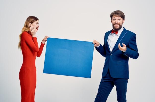 Homem e mulher com espaço de cópia de apresentação de anúncio de maquete azul
