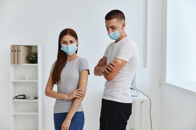 Homem e mulher com manchas bactericidas nas mãos no hospital imunidade saúde covid