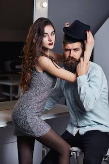 Homem e mulher com rostos apaixonados em salão de beleza