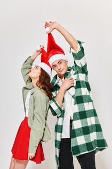 Homem e mulher com roupas de ano novo, feriado de natal