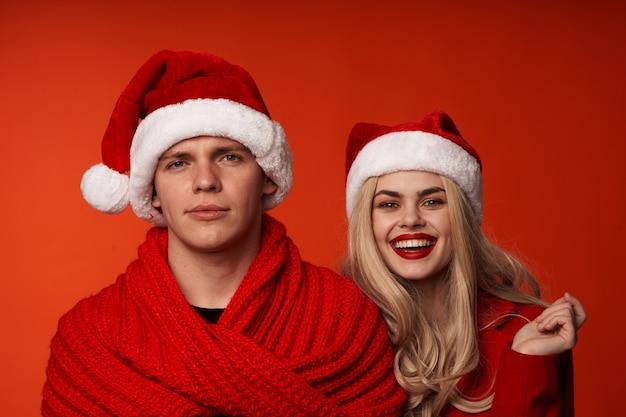Homem e mulher com roupas de ano novo, natal, feriado, vermelho, fundo
