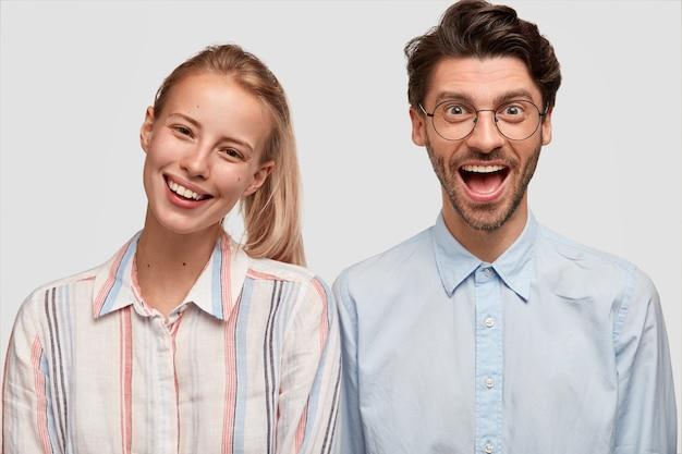 Homem e mulher com roupas formais posando