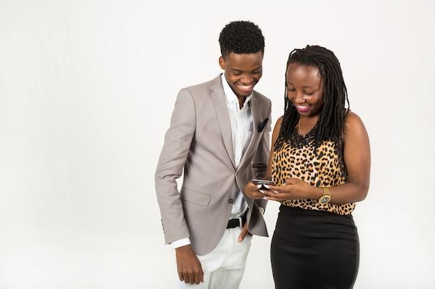 Homem e mulher com telefone celular