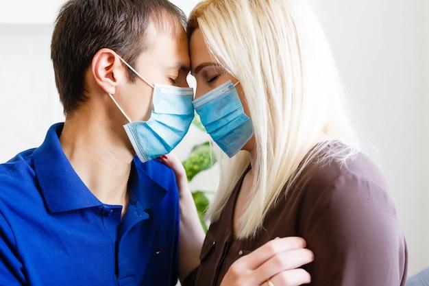 Homem e mulher com uma máscara médica. retrato de família durante uma pandemia. máscara médica protetora. covid 19 proteção contra vírus pandêmico.