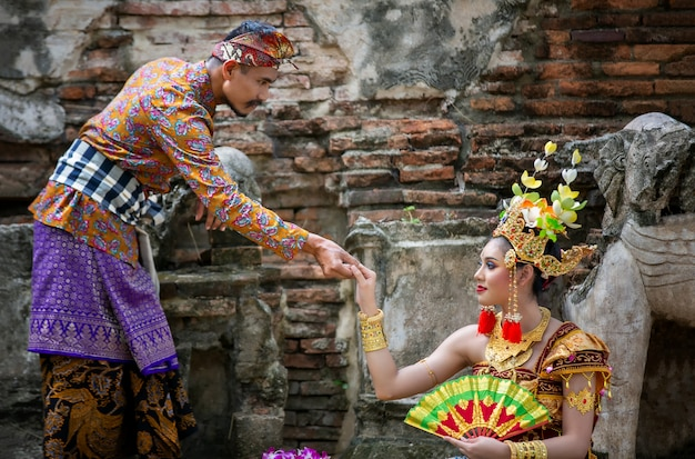 Homem e mulher com vestido de noiva indonésio
