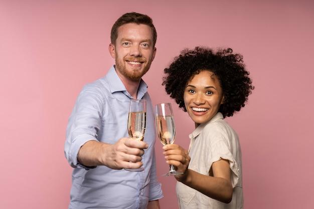 Homem e mulher comemorando com taças de champanhe